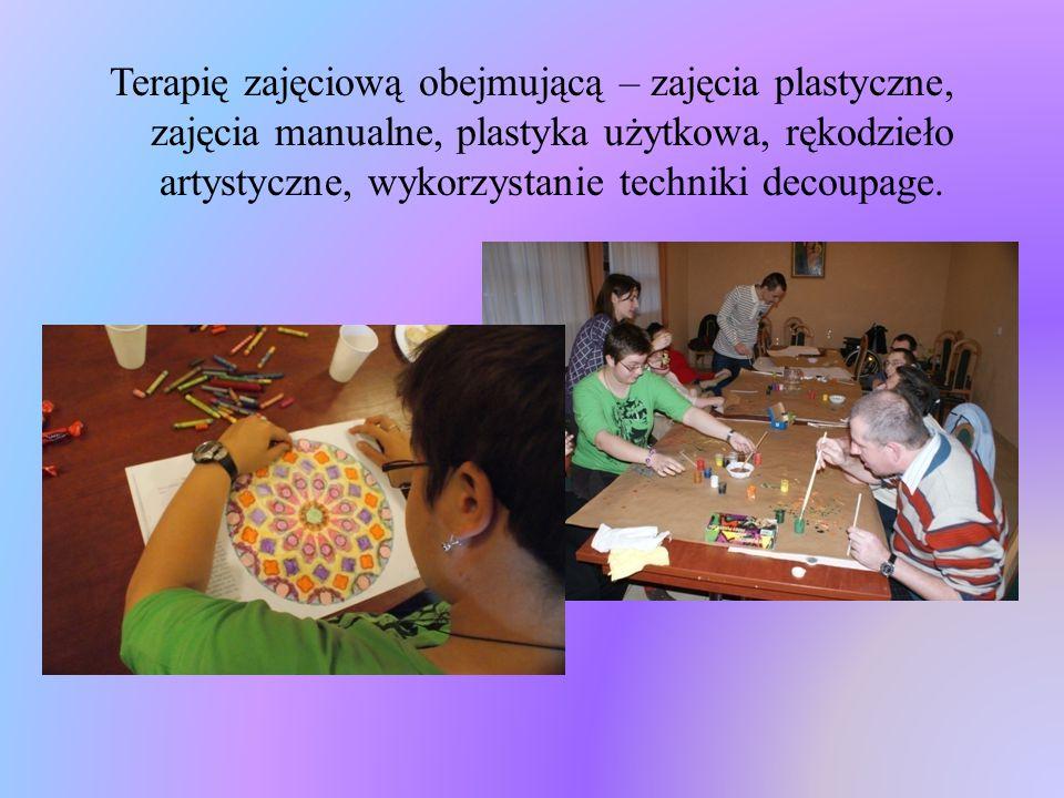 Terapię zajęciową obejmującą – zajęcia plastyczne, zajęcia manualne, plastyka użytkowa, rękodzieło artystyczne, wykorzystanie techniki decoupage.