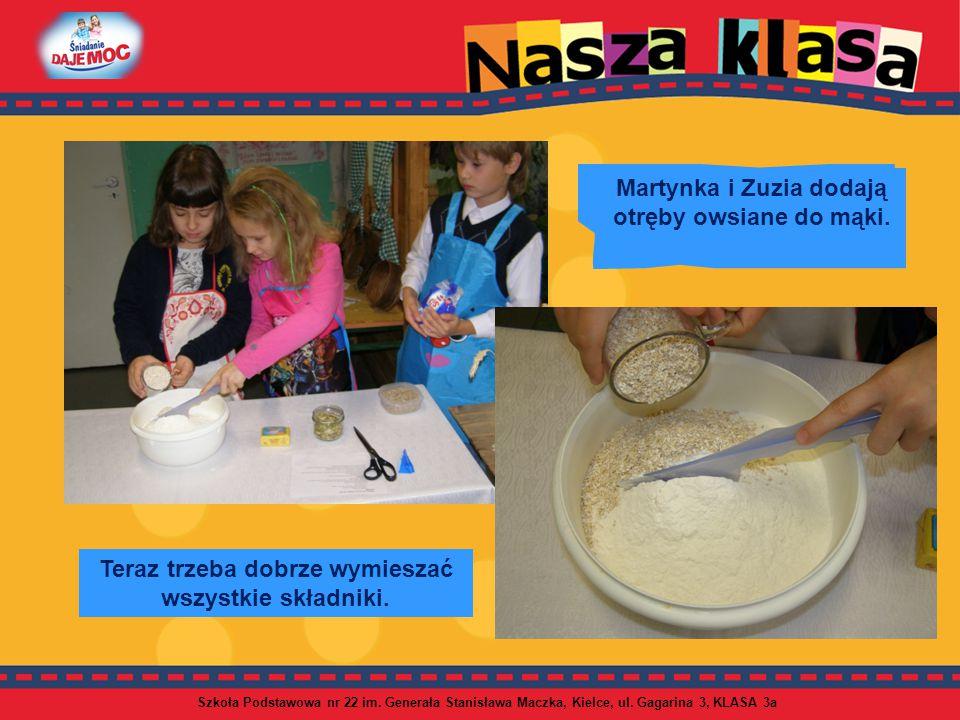 Martynka i Zuzia dodają otręby owsiane do mąki.