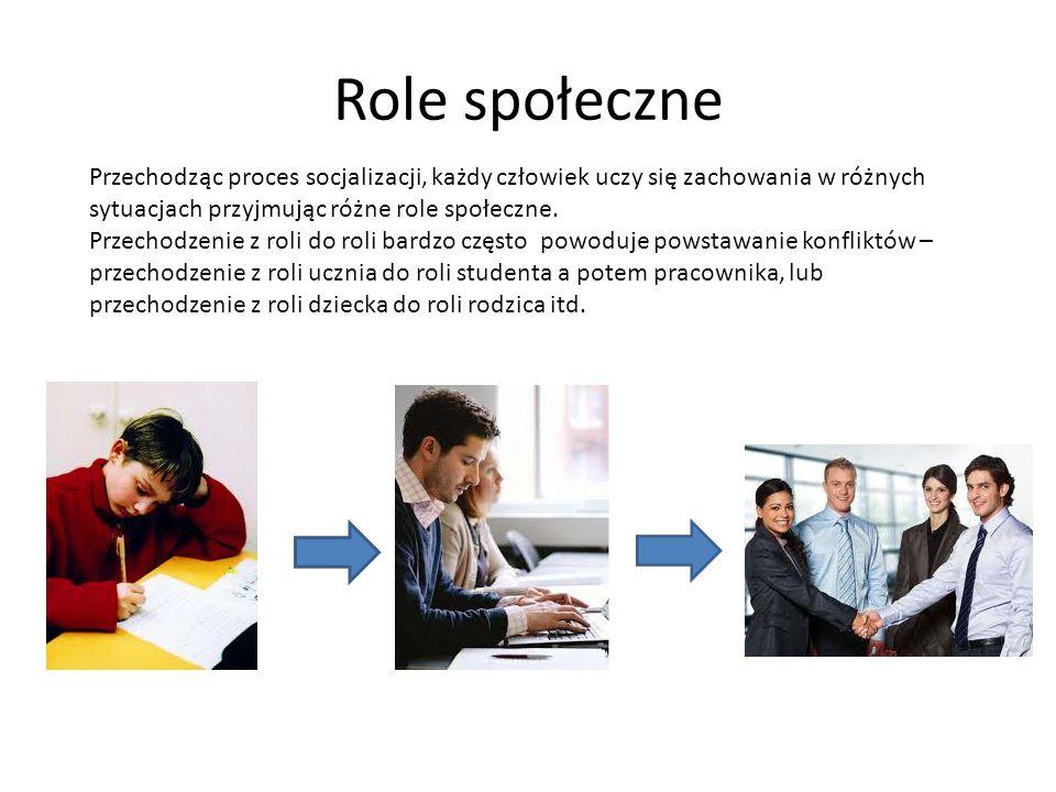 Role społeczne Przechodząc proces socjalizacji, każdy człowiek uczy się zachowania w różnych sytuacjach przyjmując różne role społeczne.