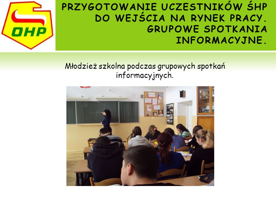 Młodzież szkolna podczas grupowych spotkań informacyjnych.