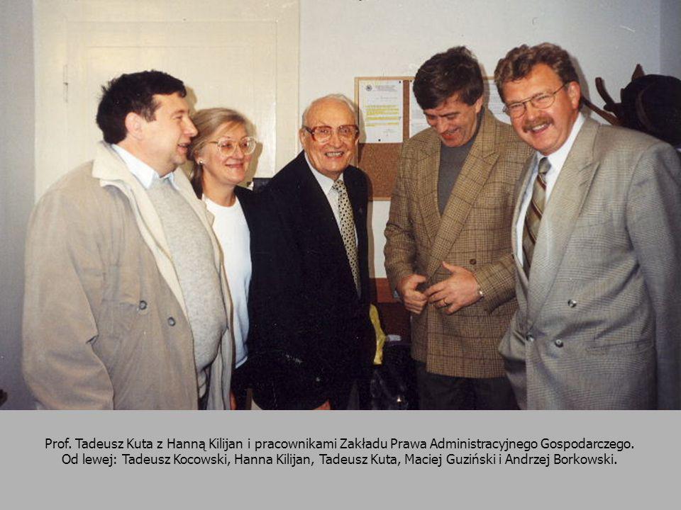 Prof. Tadeusz Kuta z Hanną Kilijan i pracownikami Zakładu Prawa Administracyjnego Gospodarczego.
