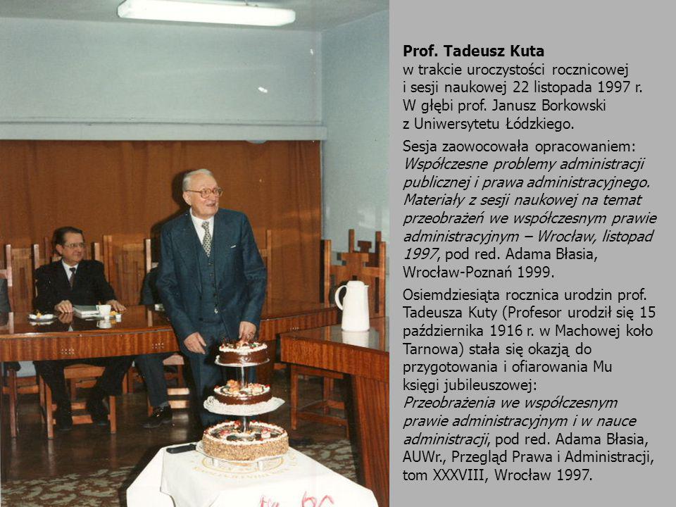 Prof. Tadeusz Kuta w trakcie uroczystości rocznicowej. i sesji naukowej 22 listopada 1997 r. W głębi prof. Janusz Borkowski.
