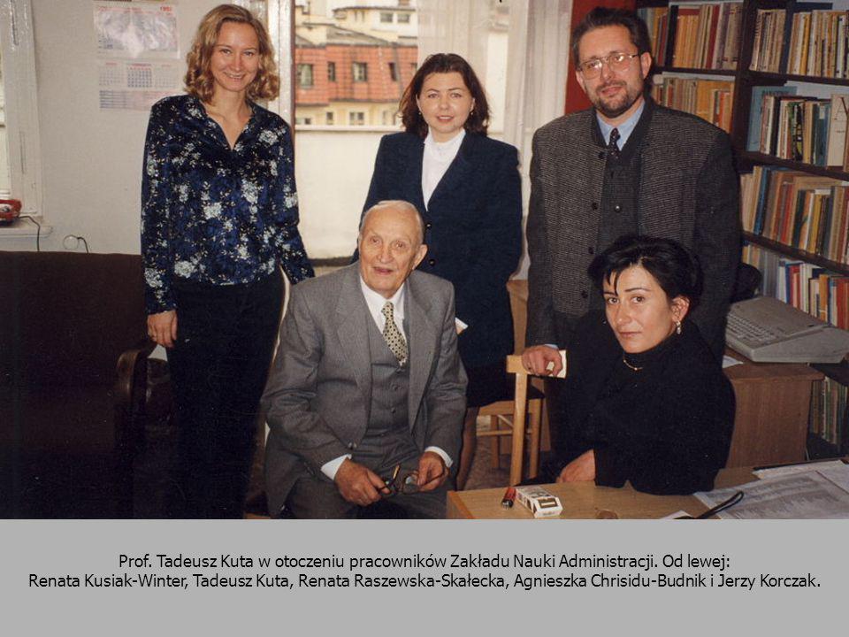 Prof. Tadeusz Kuta w otoczeniu pracowników Zakładu Nauki Administracji