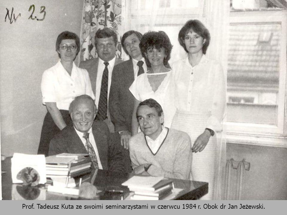 Prof. Tadeusz Kuta ze swoimi seminarzystami w czerwcu 1984 r