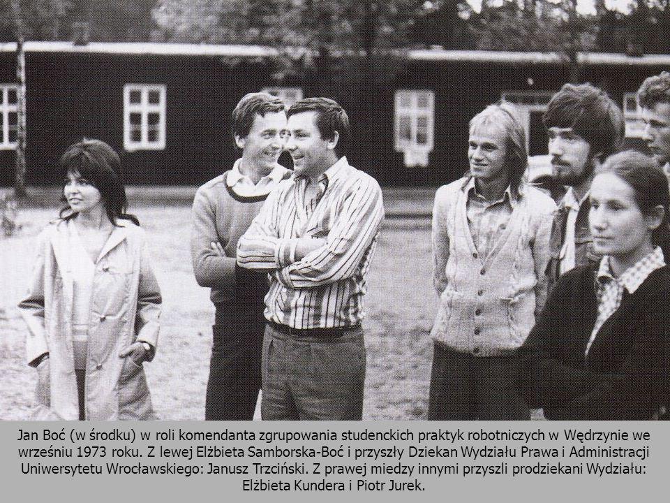 Jan Boć (w środku) w roli komendanta zgrupowania studenckich praktyk robotniczych w Wędrzynie we wrześniu 1973 roku.