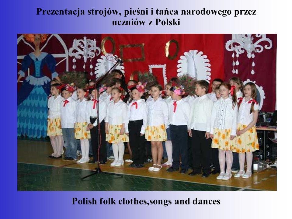 Prezentacja strojów, pieśni i tańca narodowego przez uczniów z Polski