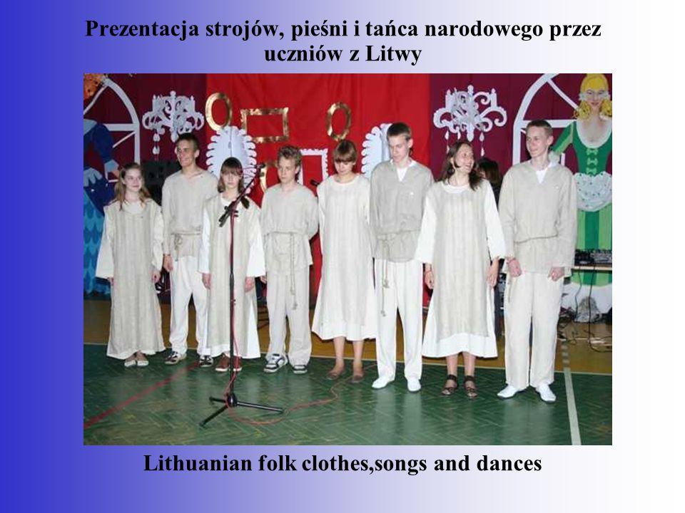 Prezentacja strojów, pieśni i tańca narodowego przez uczniów z Litwy