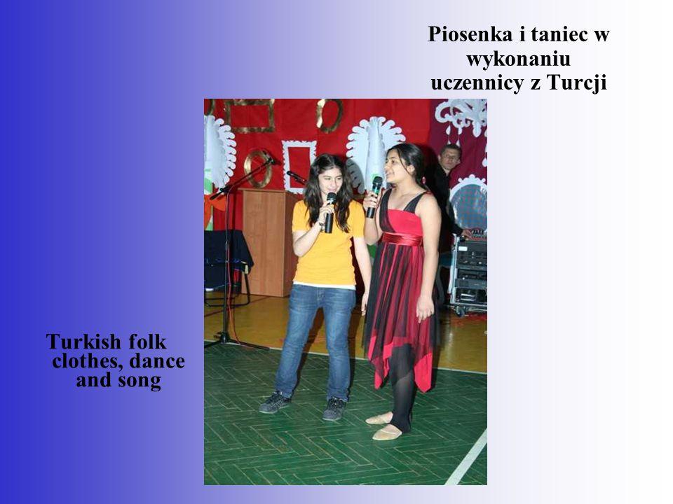 Piosenka i taniec w wykonaniu uczennicy z Turcji