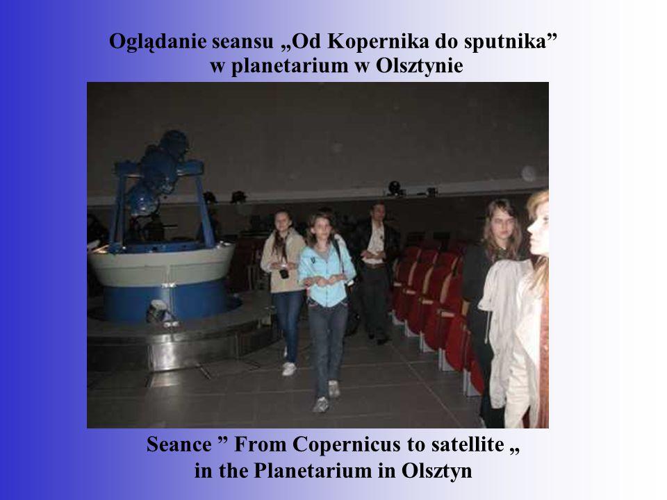 """Oglądanie seansu """"Od Kopernika do sputnika w planetarium w Olsztynie"""