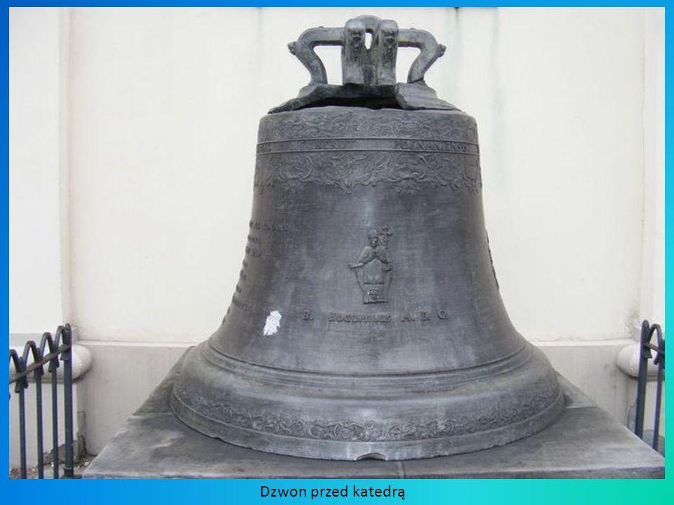 Dzwon przed katedrą