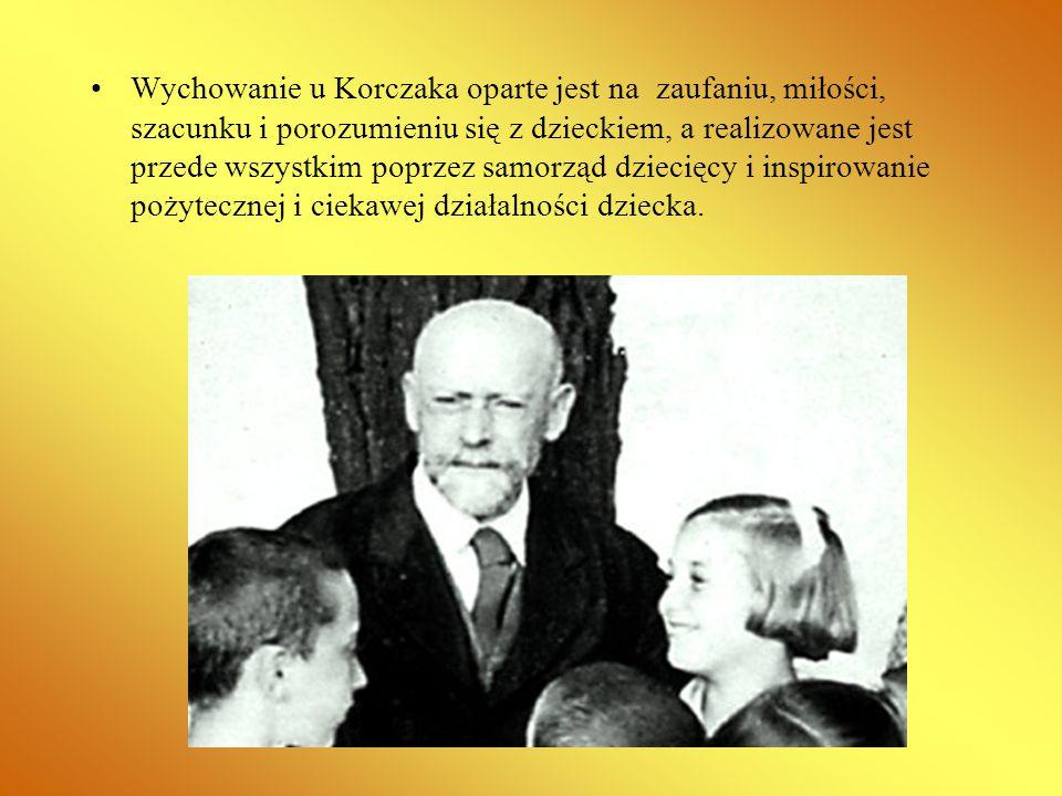 Wychowanie u Korczaka oparte jest na zaufaniu, miłości, szacunku i porozumieniu się z dzieckiem, a realizowane jest przede wszystkim poprzez samorząd dziecięcy i inspirowanie pożytecznej i ciekawej działalności dziecka.