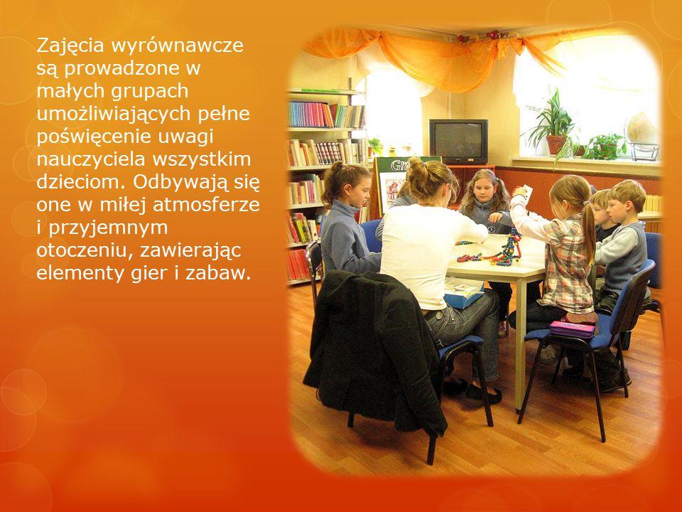 Zajęcia wyrównawcze są prowadzone w małych grupach umożliwiających pełne poświęcenie uwagi nauczyciela wszystkim dzieciom.