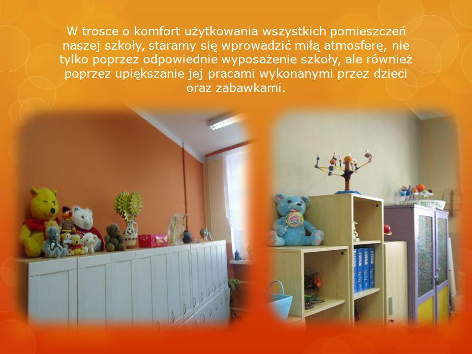 W trosce o komfort użytkowania wszystkich pomieszczeń naszej szkoły, staramy się wprowadzić miłą atmosferę, nie tylko poprzez odpowiednie wyposażenie szkoły, ale również poprzez upiększanie jej pracami wykonanymi przez dzieci oraz zabawkami.
