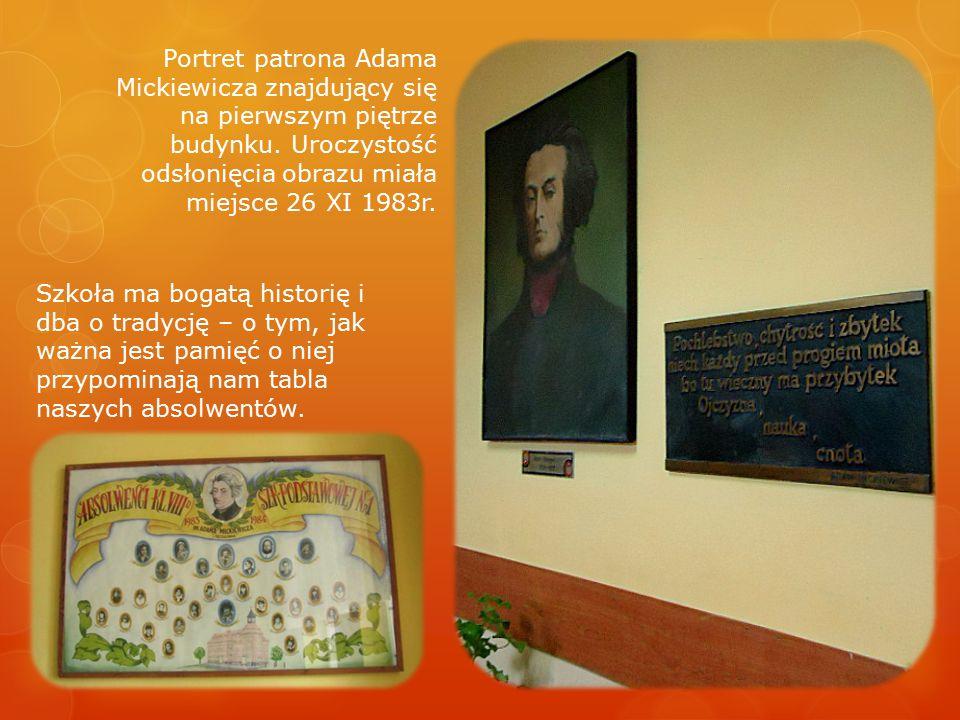 Portret patrona Adama Mickiewicza znajdujący się na pierwszym piętrze budynku. Uroczystość odsłonięcia obrazu miała miejsce 26 XI 1983r.