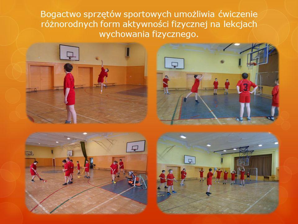 Bogactwo sprzętów sportowych umożliwia ćwiczenie różnorodnych form aktywności fizycznej na lekcjach wychowania fizycznego.