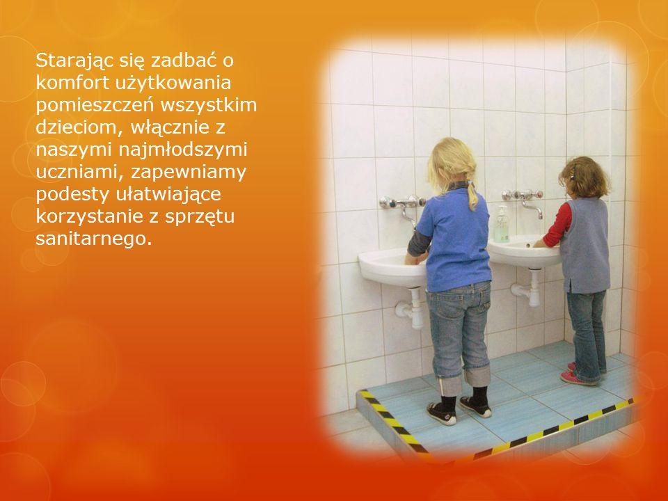 Starając się zadbać o komfort użytkowania pomieszczeń wszystkim dzieciom, włącznie z naszymi najmłodszymi uczniami, zapewniamy podesty ułatwiające korzystanie z sprzętu sanitarnego.