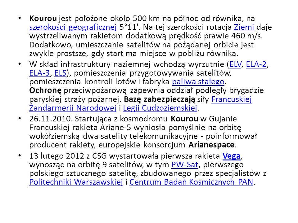 Kourou jest położone około 500 km na północ od równika, na szerokości geograficznej 5°11 . Na tej szerokości rotacja Ziemi daje wystrzeliwanym rakietom dodatkową prędkość prawie 460 m/s. Dodatkowo, umieszczanie satelitów na pożądanej orbicie jest zwykle prostsze, gdy start ma miejsce w pobliżu równika.