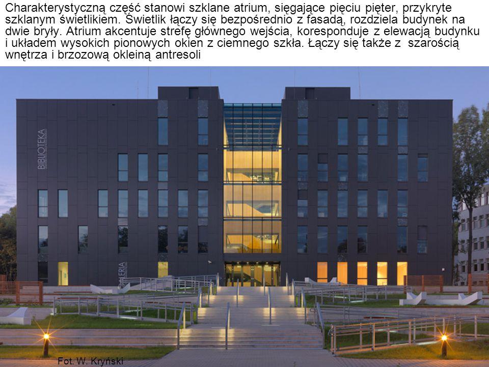 Charakterystyczną część stanowi szklane atrium, sięgające pięciu pięter, przykryte szklanym świetlikiem. Świetlik łączy się bezpośrednio z fasadą, rozdziela budynek na dwie bryły. Atrium akcentuje strefę głównego wejścia, koresponduje z elewacją budynku i układem wysokich pionowych okien z ciemnego szkła. Łączy się także z szarością wnętrza i brzozową okleiną antresoli