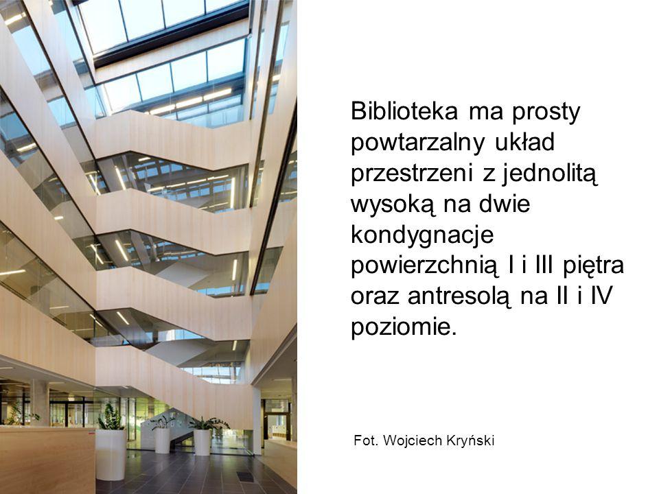 Biblioteka ma prosty powtarzalny układ przestrzeni z jednolitą wysoką na dwie kondygnacje powierzchnią I i III piętra oraz antresolą na II i IV poziomie.