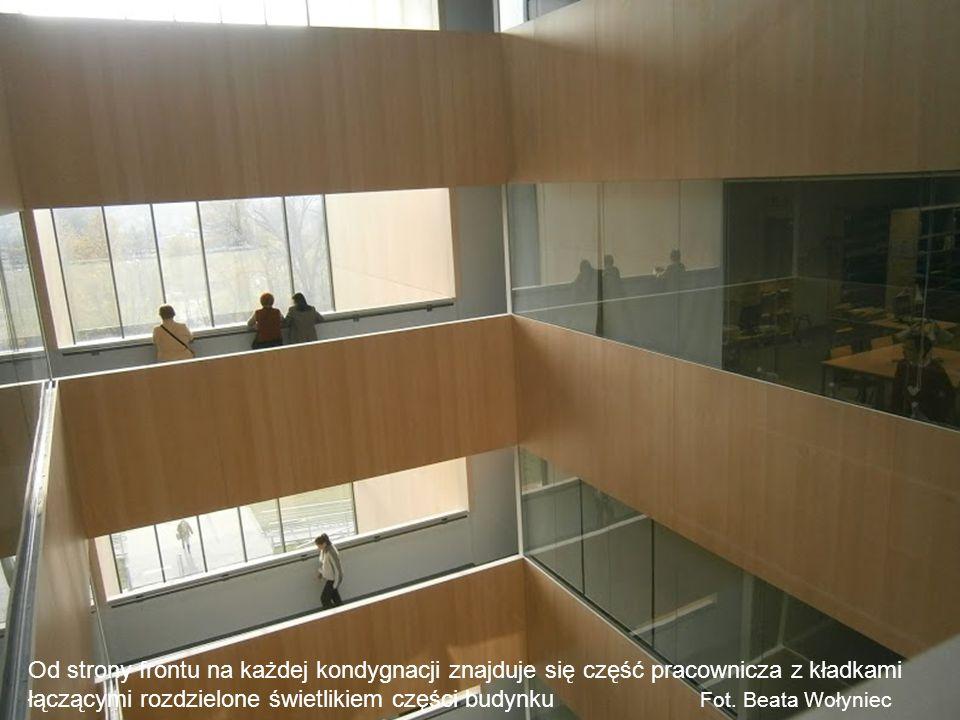 Od strony frontu na każdej kondygnacji znajduje się część pracownicza z kładkami łączącymi rozdzielone świetlikiem części budynku Fot.
