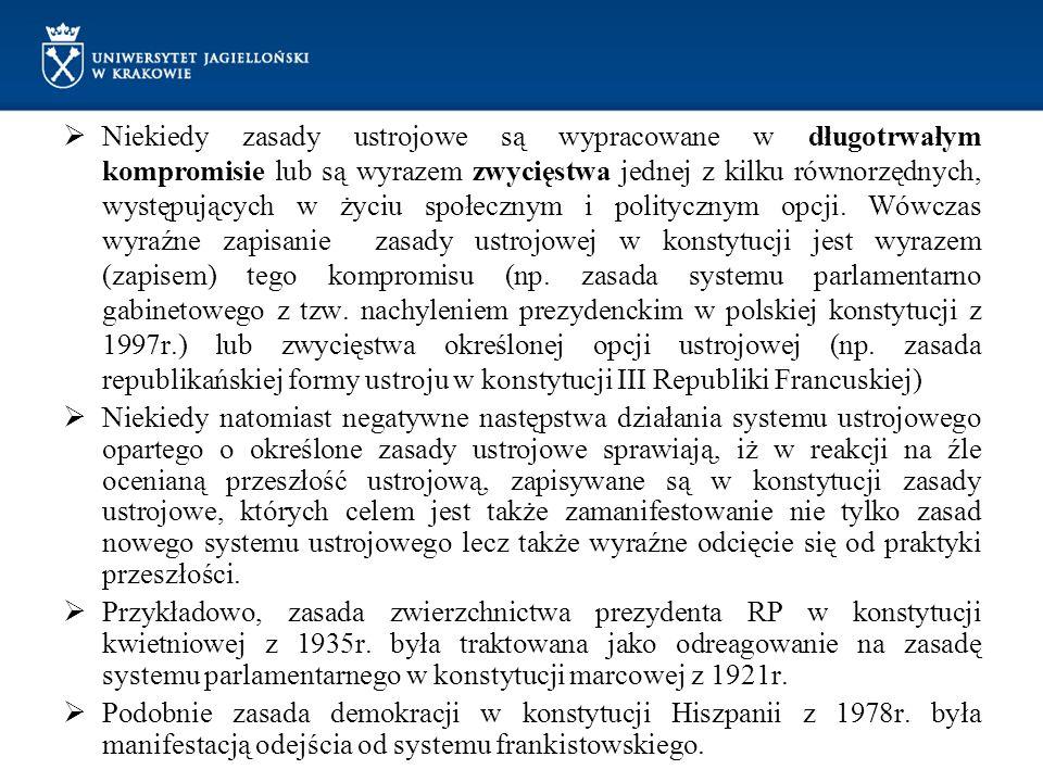 Niekiedy zasady ustrojowe są wypracowane w długotrwałym kompromisie lub są wyrazem zwycięstwa jednej z kilku równorzędnych, występujących w życiu społecznym i politycznym opcji. Wówczas wyraźne zapisanie zasady ustrojowej w konstytucji jest wyrazem (zapisem) tego kompromisu (np. zasada systemu parlamentarno gabinetowego z tzw. nachyleniem prezydenckim w polskiej konstytucji z 1997r.) lub zwycięstwa określonej opcji ustrojowej (np. zasada republikańskiej formy ustroju w konstytucji III Republiki Francuskiej)