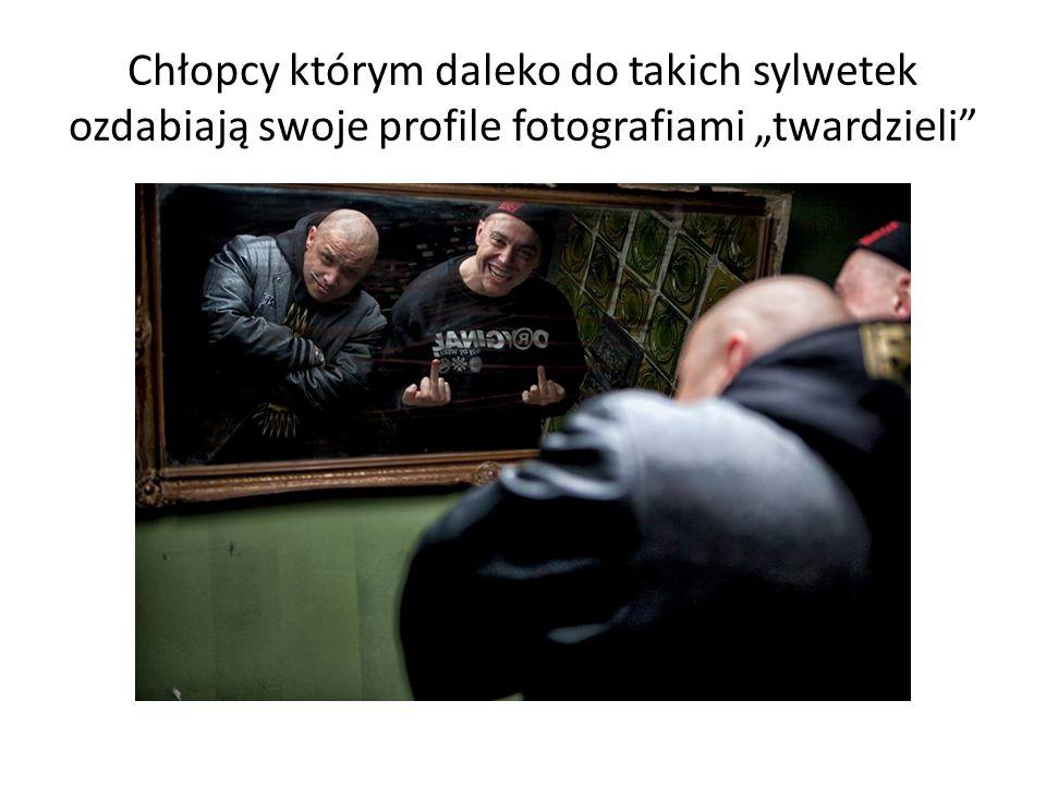 """Chłopcy którym daleko do takich sylwetek ozdabiają swoje profile fotografiami """"twardzieli"""