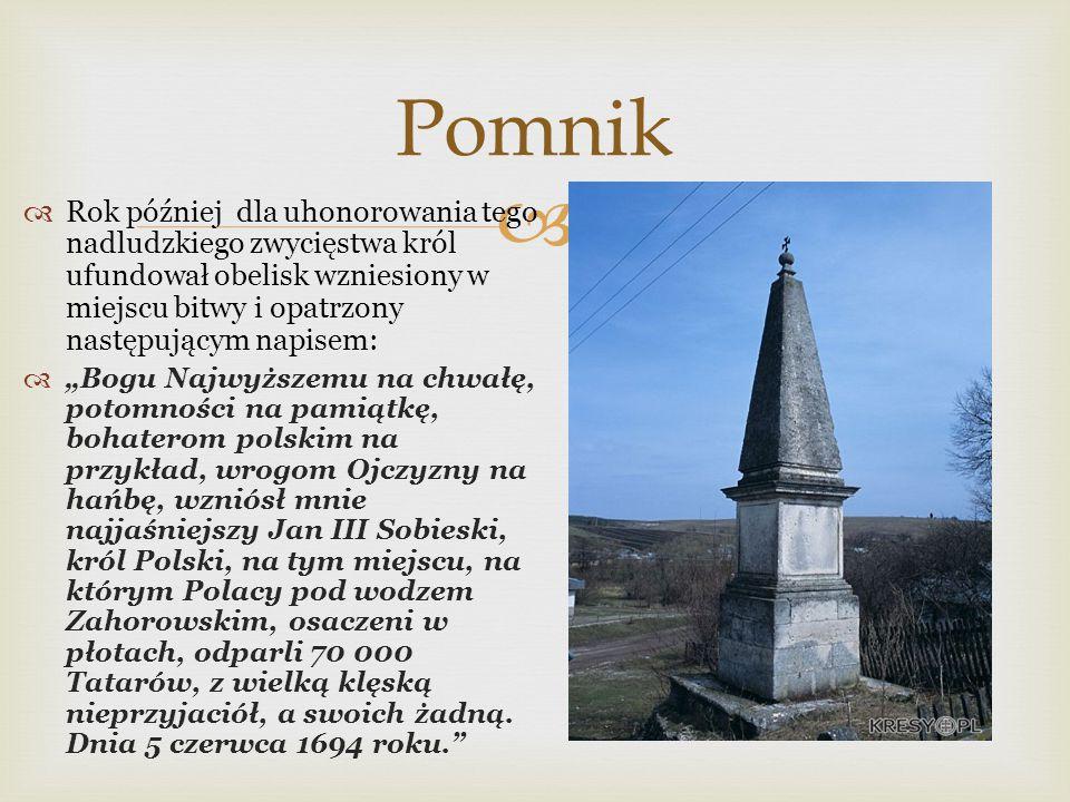 Pomnik Rok później dla uhonorowania tego nadludzkiego zwycięstwa król ufundował obelisk wzniesiony w miejscu bitwy i opatrzony następującym napisem: