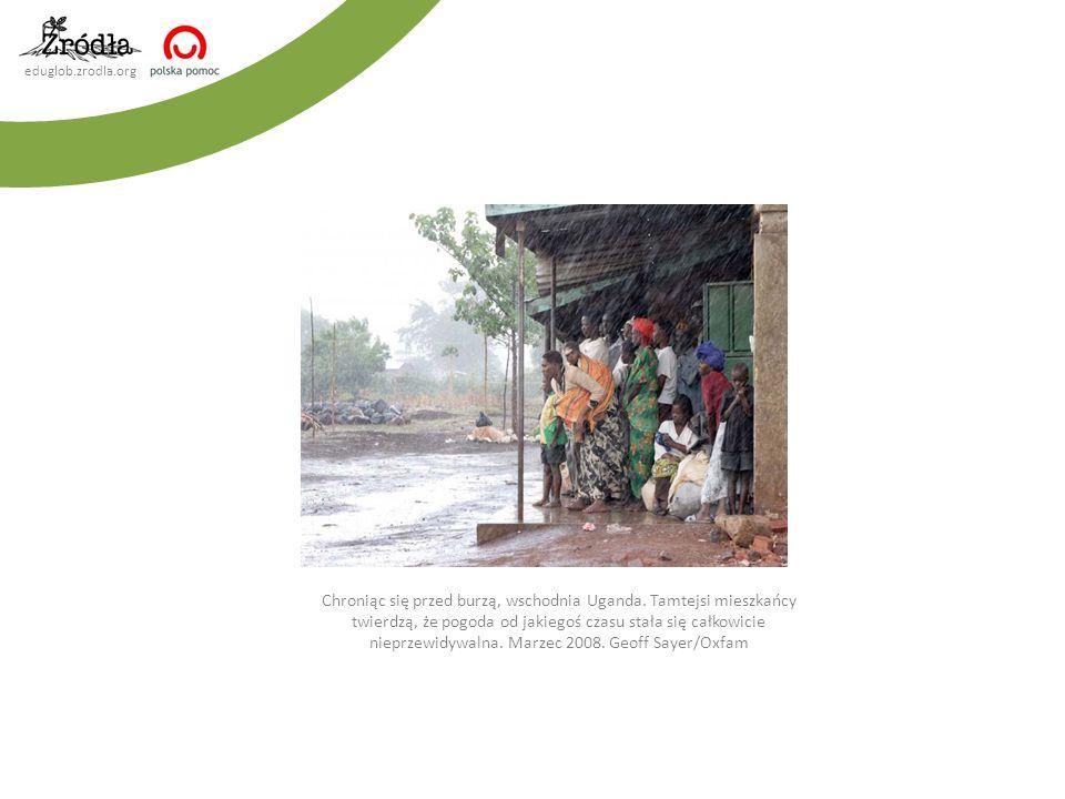 Chroniąc się przed burzą, wschodnia Uganda