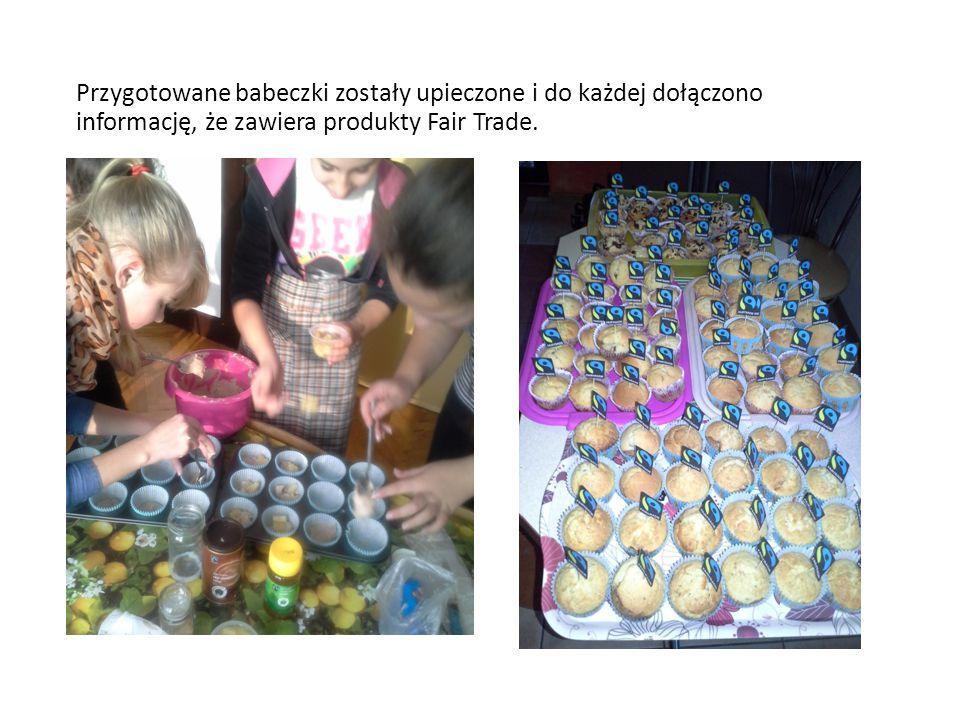 Przygotowane babeczki zostały upieczone i do każdej dołączono informację, że zawiera produkty Fair Trade.