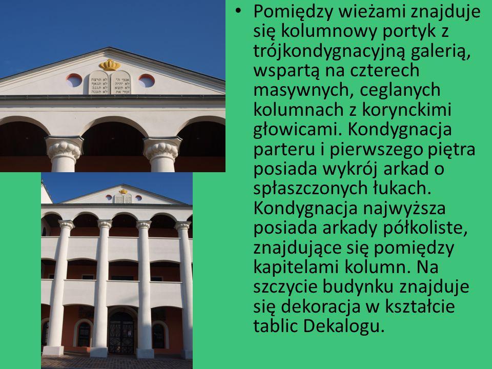 Pomiędzy wieżami znajduje się kolumnowy portyk z trójkondygnacyjną galerią, wspartą na czterech masywnych, ceglanych kolumnach z korynckimi głowicami.