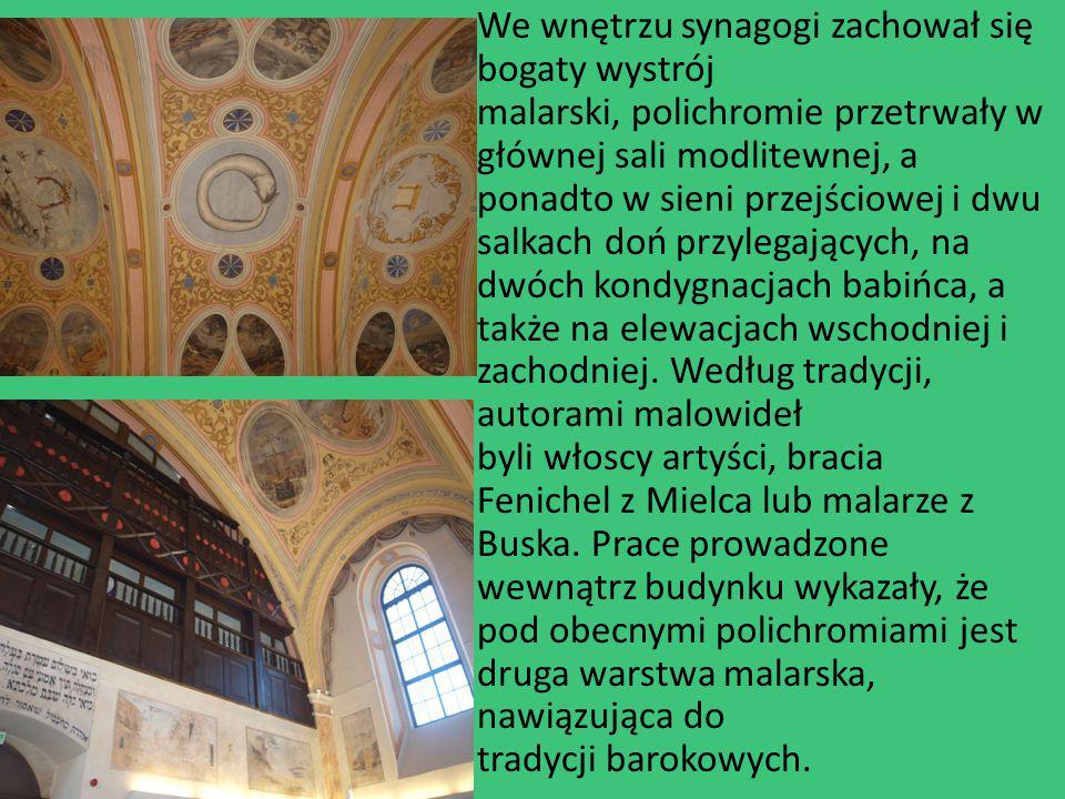 We wnętrzu synagogi zachował się bogaty wystrój malarski, polichromie przetrwały w głównej sali modlitewnej, a ponadto w sieni przejściowej i dwu salkach doń przylegających, na dwóch kondygnacjach babińca, a także na elewacjach wschodniej i zachodniej.