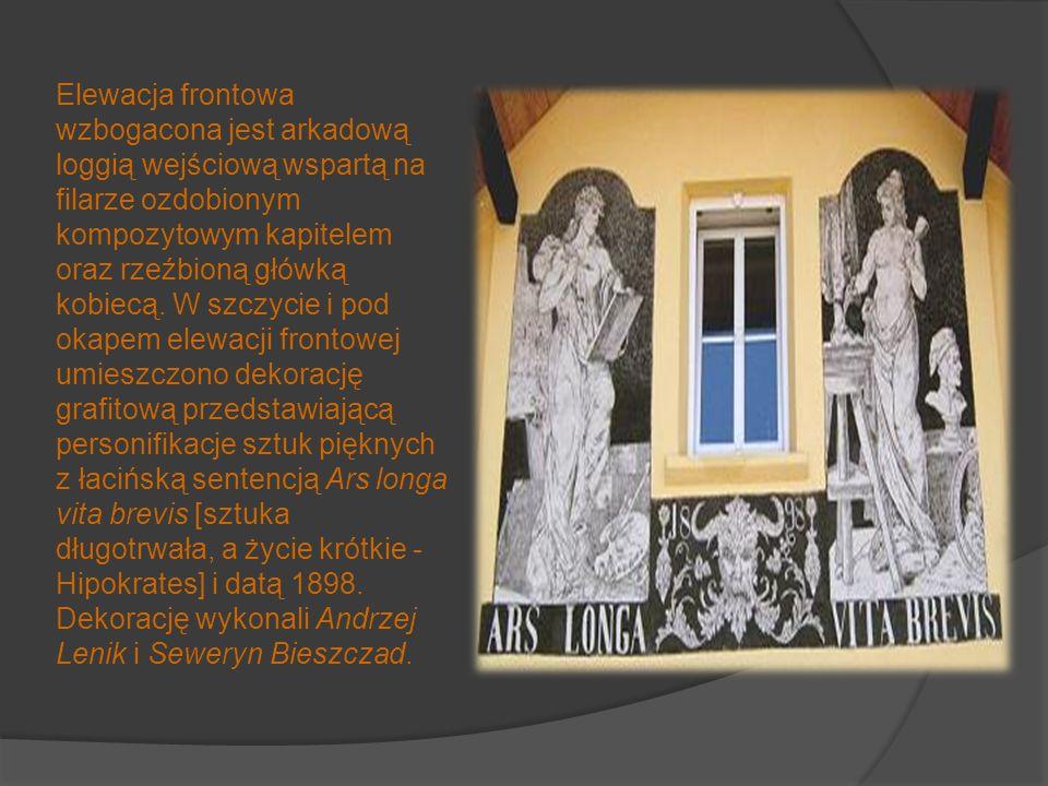Elewacja frontowa wzbogacona jest arkadową loggią wejściową wspartą na filarze ozdobionym kompozytowym kapitelem oraz rzeźbioną główką kobiecą.