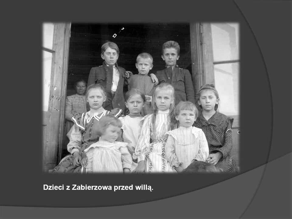 Dzieci z Zabierzowa przed willą.