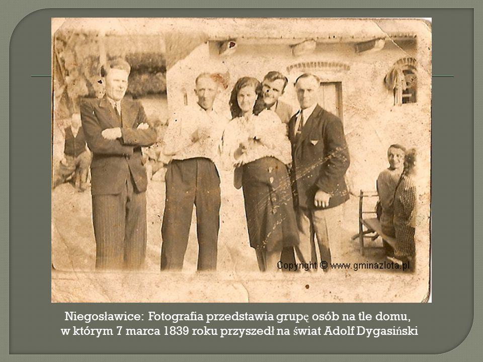 Niegosławice: Fotografia przedstawia grupę osób na tle domu,