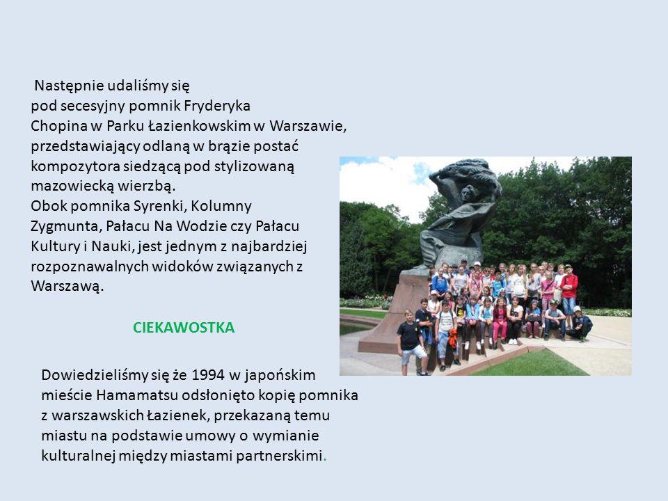 Następnie udaliśmy się pod secesyjny pomnik Fryderyka Chopina w Parku Łazienkowskim w Warszawie, przedstawiający odlaną w brązie postać kompozytora siedzącą pod stylizowaną mazowiecką wierzbą.