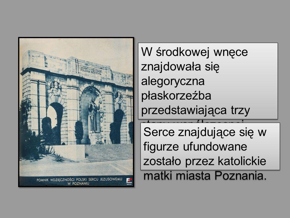 W środkowej wnęce znajdowała się alegoryczna płaskorzeźba przedstawiająca trzy stany współczesnej Polski skupione pod polskim godłem.