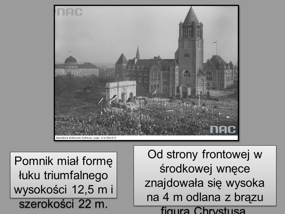 Od strony frontowej w środkowej wnęce znajdowała się wysoka na 4 m odlana z brązu figura Chrystusa, autorstwa Marcina Rożka.
