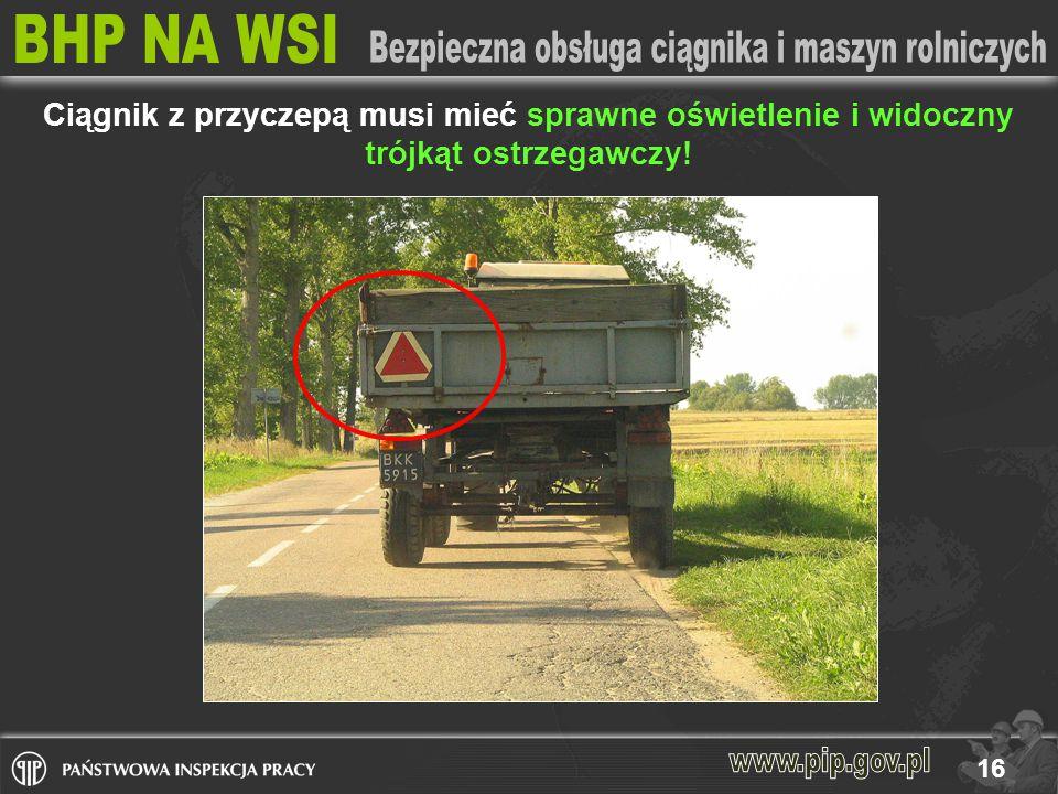 Ciągnik z przyczepą musi mieć sprawne oświetlenie i widoczny trójkąt ostrzegawczy!