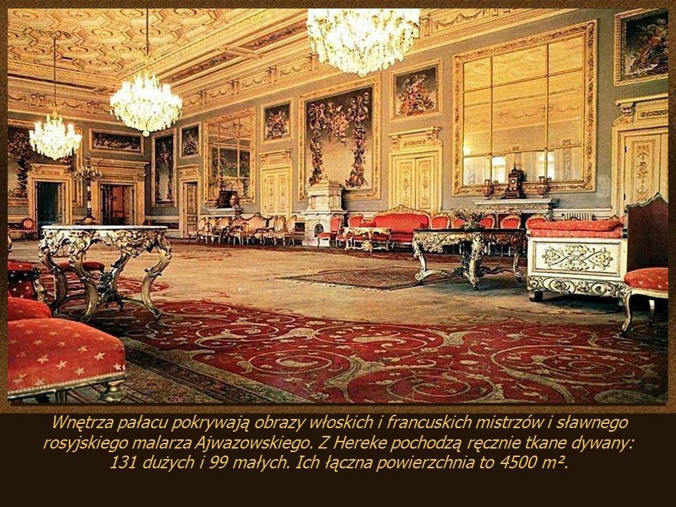 131 dużych i 99 małych. Ich łączna powierzchnia to 4500 m².
