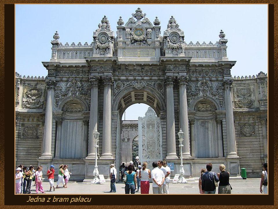Jedna z bram pałacu