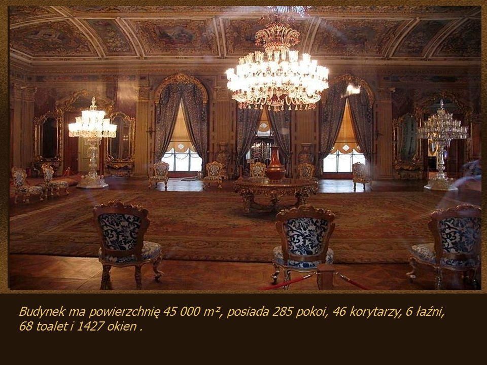 Budynek ma powierzchnię 45 000 m², posiada 285 pokoi, 46 korytarzy, 6 łaźni,