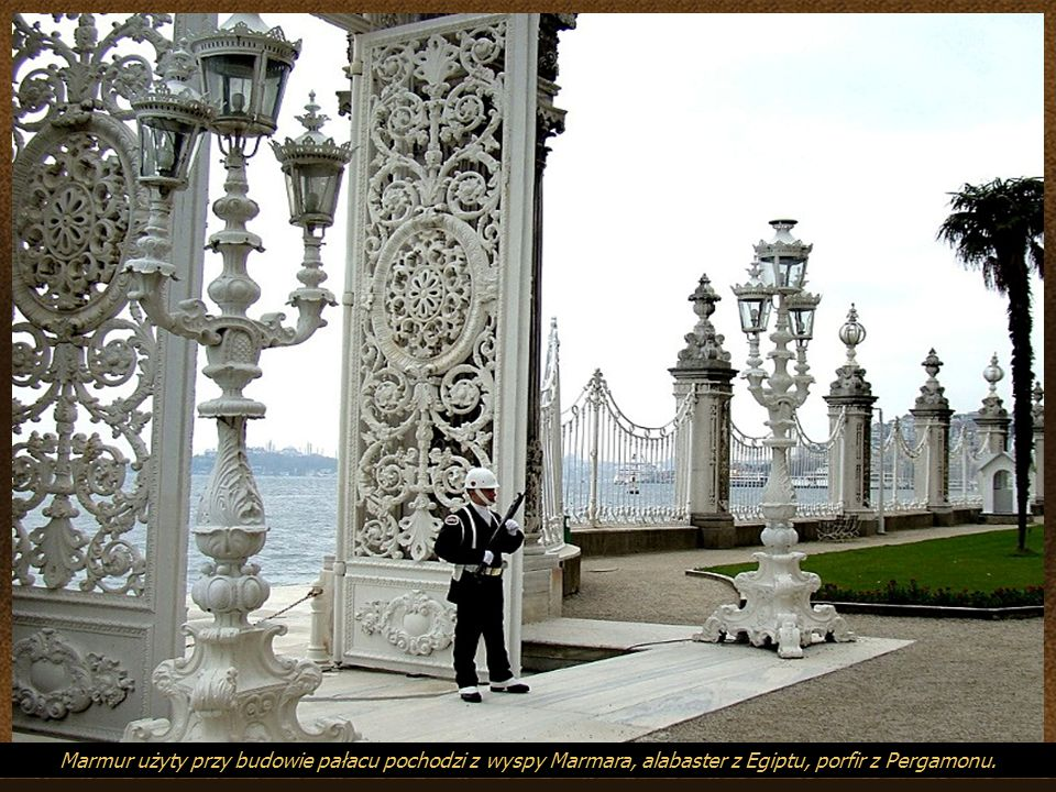 Marmur użyty przy budowie pałacu pochodzi z wyspy Marmara, alabaster z Egiptu, porfir z Pergamonu.
