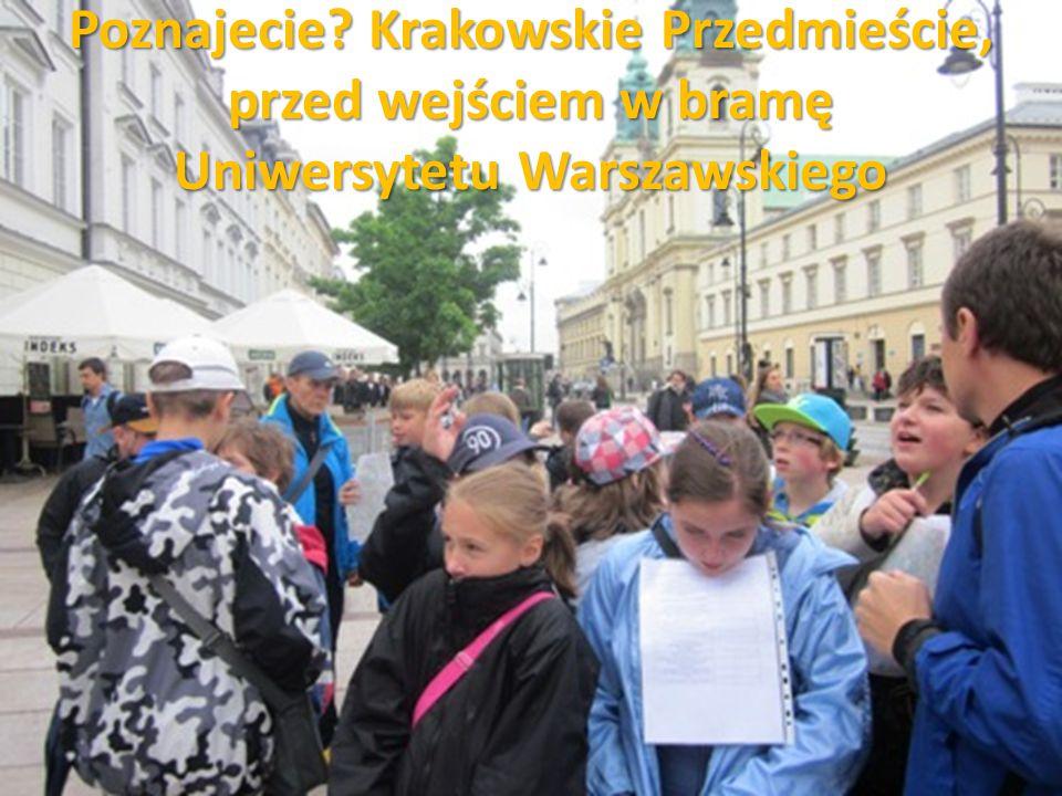 Poznajecie Krakowskie Przedmieście, przed wejściem w bramę Uniwersytetu Warszawskiego