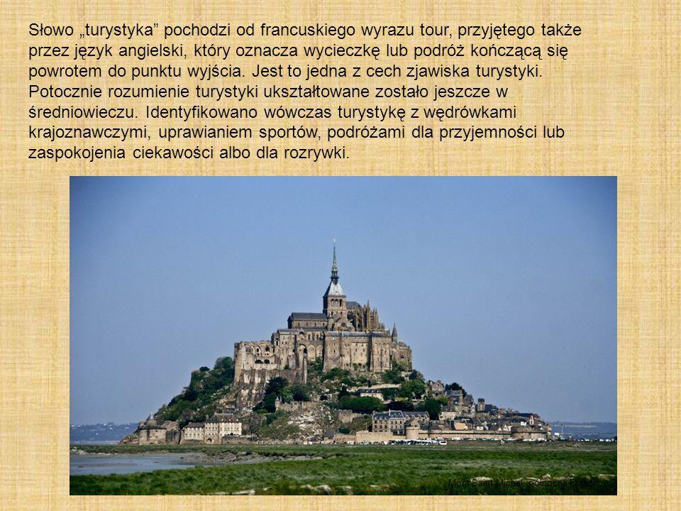 """Słowo """"turystyka pochodzi od francuskiego wyrazu tour, przyjętego także przez język angielski, który oznacza wycieczkę lub podróż kończącą się powrotem do punktu wyjścia. Jest to jedna z cech zjawiska turystyki. Potocznie rozumienie turystyki ukształtowane zostało jeszcze w średniowieczu. Identyfikowano wówczas turystykę z wędrówkami krajoznawczymi, uprawianiem sportów, podróżami dla przyjemności lub zaspokojenia ciekawości albo dla rozrywki."""