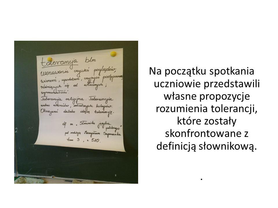 Na początku spotkania uczniowie przedstawili własne propozycje rozumienia tolerancji, które zostały skonfrontowane z definicją słownikową. .