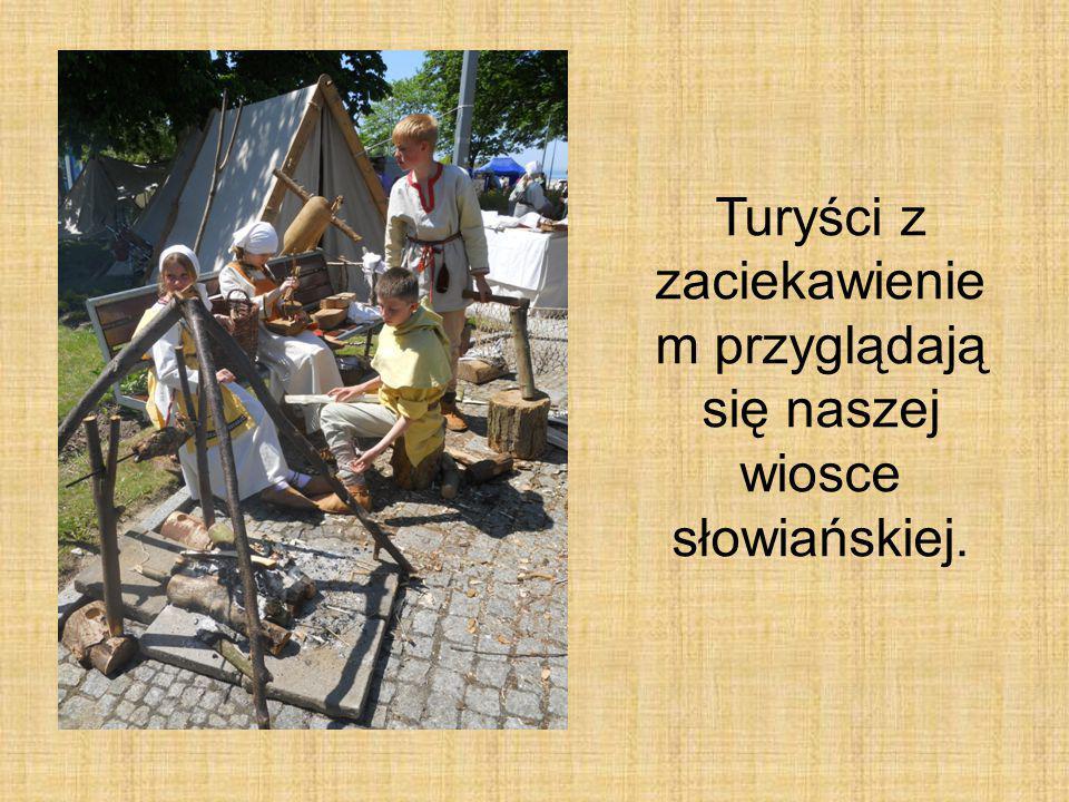 Turyści z zaciekawieniem przyglądają się naszej wiosce słowiańskiej.