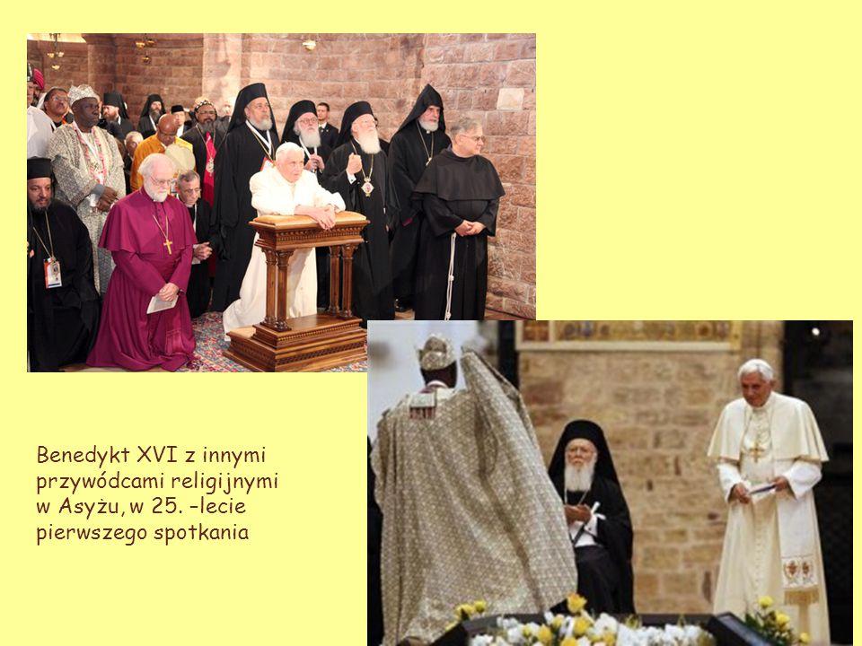 Benedykt XVI z innymi przywódcami religijnymi w Asyżu, w 25. –lecie pierwszego spotkania