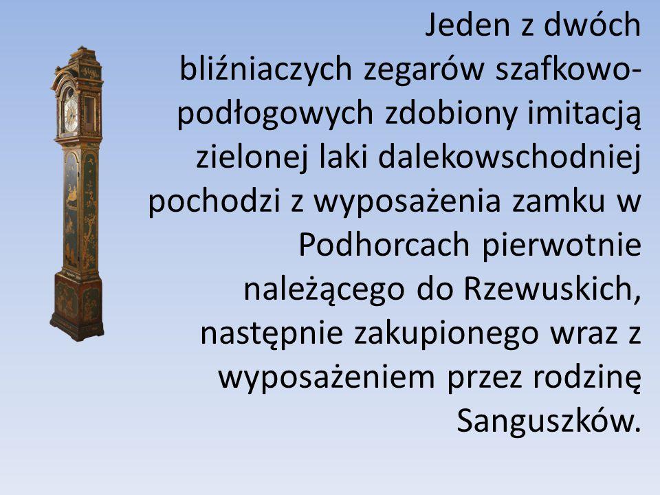 Jeden z dwóch bliźniaczych zegarów szafkowo-podłogowych zdobiony imitacją zielonej laki dalekowschodniej pochodzi z wyposażenia zamku w Podhorcach pierwotnie należącego do Rzewuskich, następnie zakupionego wraz z wyposażeniem przez rodzinę Sanguszków.