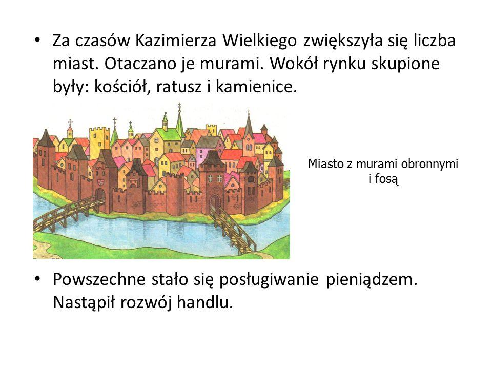 Miasto z murami obronnymi i fosą
