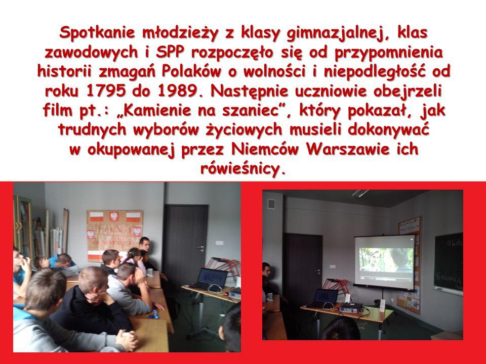 Spotkanie młodzieży z klasy gimnazjalnej, klas zawodowych i SPP rozpoczęło się od przypomnienia historii zmagań Polaków o wolności i niepodległość od roku 1795 do 1989.